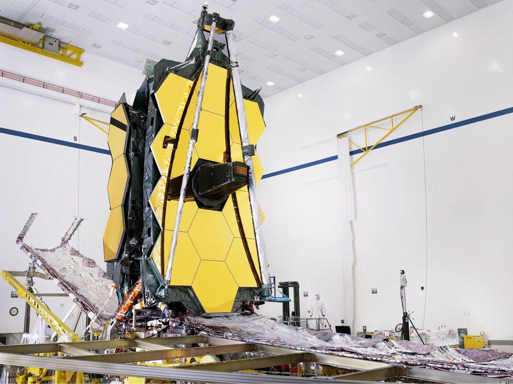 Webb completamente ensamblado con su escudo solar. Fuente : NASA/Chris Gunn