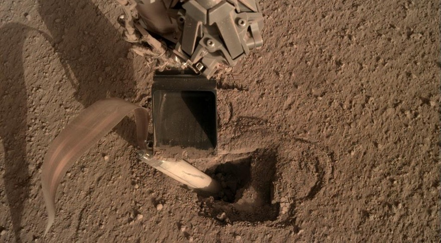 InSight escavando