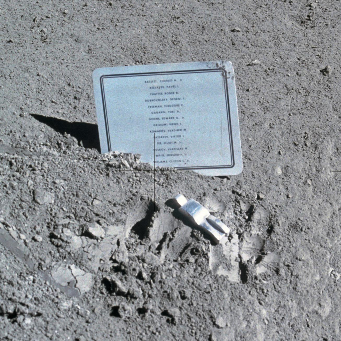 Imagen a los caidos en la Luna